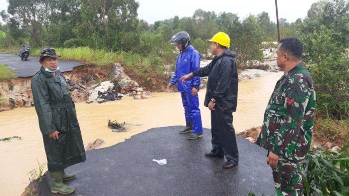 Danramil 414/05 Kelapa Kampit, Kapten Inf Syafrudin saat meninjau lokasi putusnya jalan Menduang, Desa Mempaya Kecamatan Damar .Senin (18/1/2021)
