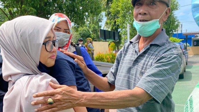 Syarifah Amelia memeluk putranya sebelum menjalani sidang di PN Tanjungpandan, Selasa (24/11/2020).