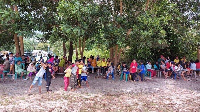 Ratusan Warga Tanjung Kelumpang Duduk Gembira Tunggu Datangnya Helikopter Rombongan Gubernur