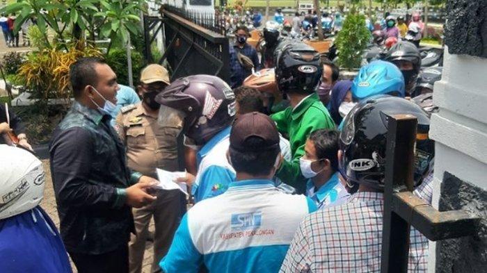 Pasangan Anggota DPRD Pekalongan Bagi Uang Sedekah untuk Ratusan Buruh yang Demo di Hari Jumat