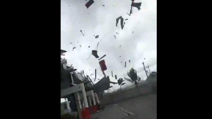 Video Detik-detik Atap SPBU Porak Poranda Diterjang Angin Puting Beliung