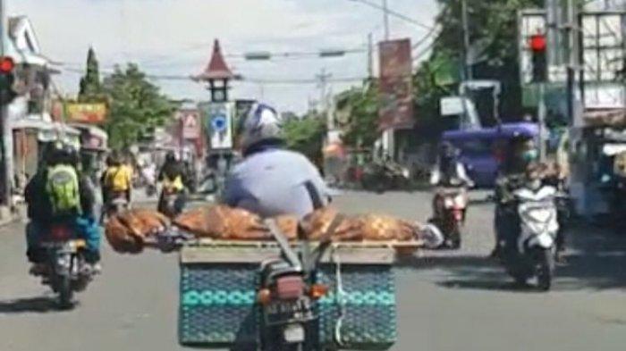 Pria Ini Angkut Jenazah Ibunya Menggunakan Sepeda Motor, Jadi Perhatian Saat Melintas di Jalan Raya