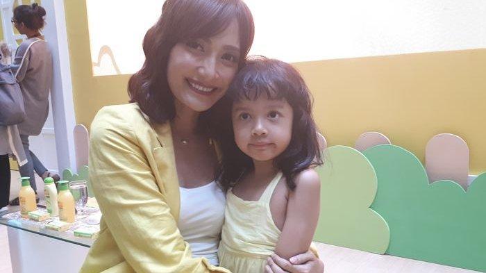 Hari Kartini, Artika Sari Devi Ajarkan Kedua Putrinya Menghargai dan Mencintai Diri Sendiri