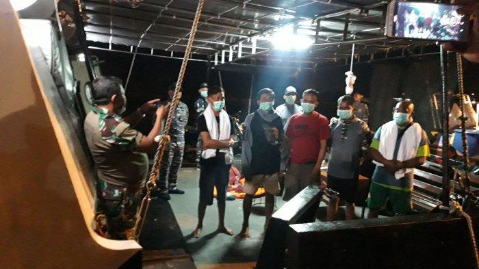 Awak kapal KM Rizky Billiton tiba di Pelabuhan Pangkalbalam, Pangkalpinang, setelah dievakuasi KRI Sembilang 850, di Perairan Tanjung Langka, Pulau Bangka. Minggu (6/12/2020) malam