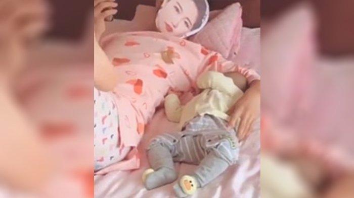 Viral Ide Cerdas Sang Ayah Demi Tenangkan Bayinya Agar Bisa Main HP, Kenakan Piama dan Topeng Istri