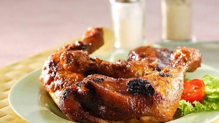 Pasti Enggak Cukup Seporsi Kalau Menu Utamanya Ayam Bakar Tulang Lunak Ini