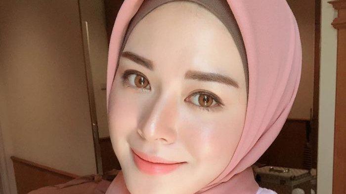 Unggahan Ayana Moon Ajari Adik yang Belum Lama Jadi Mualaf untuk Mengaji, Netizen: Siblings Goal!
