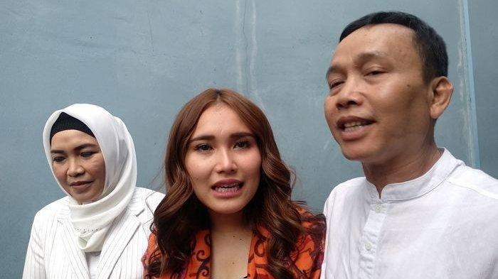 Abdul Rozak Sampai ke Bojonegoro, Bawa Polisi Ayah Ayu Ting Ting Datangi Rumah Penghina Cucunya