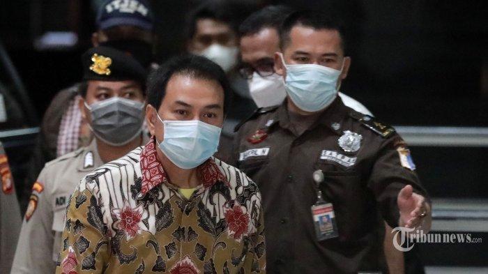 Wakil Ketua DPR RI Azis Syamsuddin tiba di gedung KPK Jakarta untuk menjalani pemeriksaan terkait kasus suap perkara di Lampung Tengah, Jumat (24/9/2021) malam.