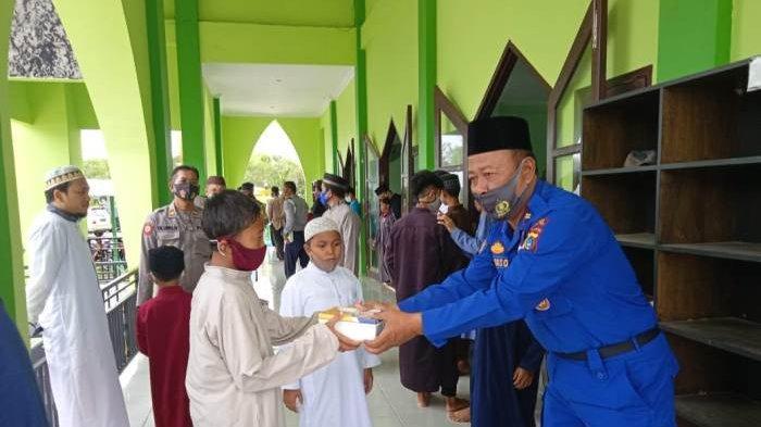 Polisi di Belitung Timur Bagi 100 Porsi Makanan ke Jamaah Masjid