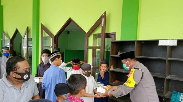 Kasat Polairud dan Kasat Binmas Polres Belitung Timur membagikan 100 porsi makanan pada jamaah, Jumat (9/10/2020).