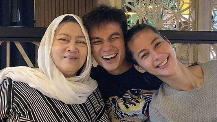 Ibu Baim Wong Meninggal, Baim Wong Pandangi Jenazah Ibunda, Paula Verhoeven Ramah Salami Para Tamu