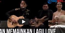 Aksi Memukau Gitaris Balawan Saat Mainkan Lagu Love (VIDEO)