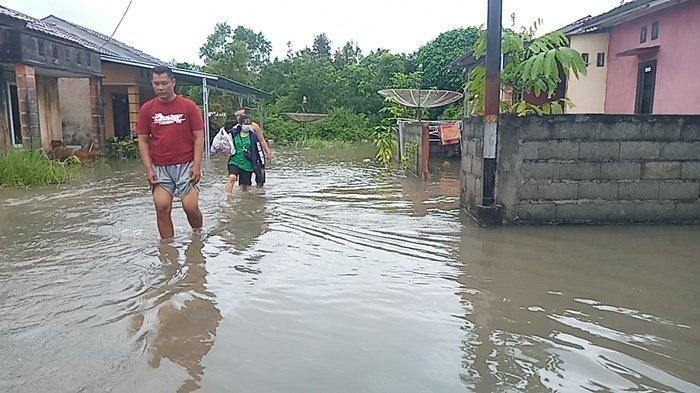 Banjir yang melanda puluhan rumah di perumahan Billiton Regency, Desa Aik Raya, Tanjungpandan, Rabu (14/1/2021)