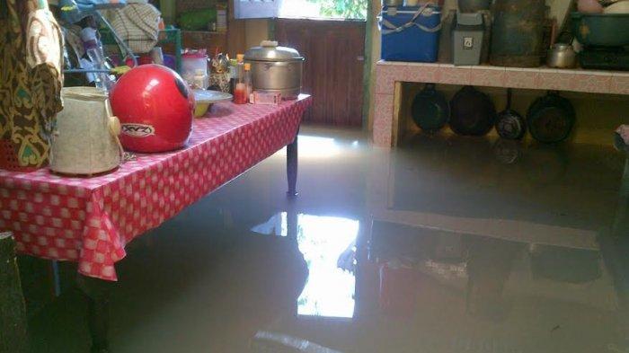 Banjir Masih Menggenangi Rumah Warga di Aik Rayak
