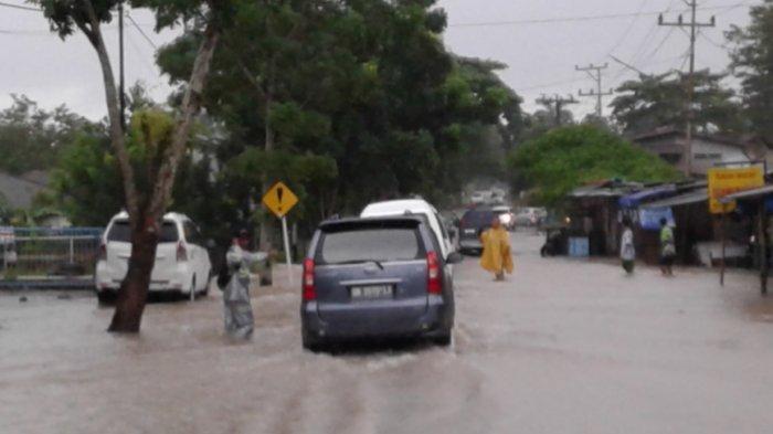 Warga Tutup Jalan yang Terendam Banjir, Ini Maksudnya