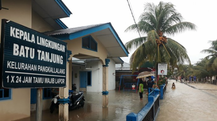 Rumah-rumah di Tepi Sungai Aik Berutak Terendam Air - banjir-belitung_20180311_143701.jpg