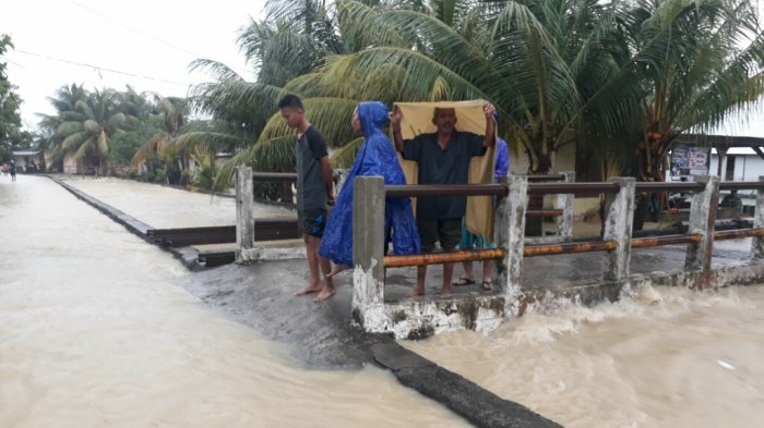 Rumah-rumah di Tepi Sungai Aik Berutak Terendam Air - banjir-belitung_20180311_143752.jpg