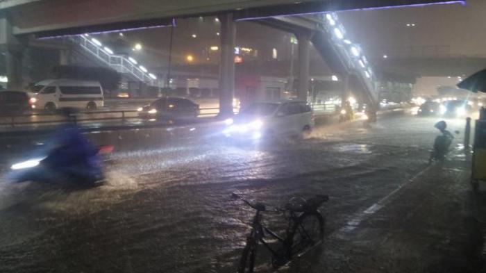 Mobil Mewah Hanyut Terseret Banjir, Warganet Heboh Pemilik Minta Info Jika Ada yang Melihat