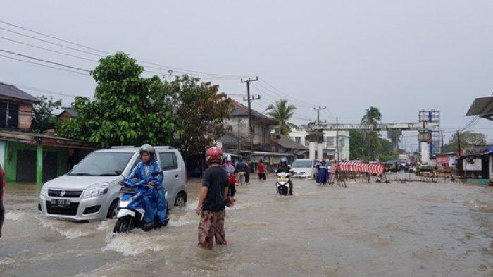 Hujan Lebat dari Pagi, Air Kolong Nangka Meluap ke Jalan Raya, Rumah Warga hingga Halaman Masjid