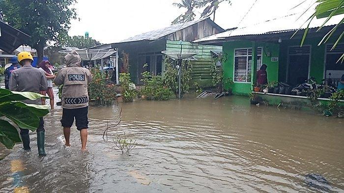 Banjir melanda rumah di Rt 02/01 Lingkungan Tanjung Pendam, Kelurahan Tanjung Pendam, Tanjungpandan, Belitung, Rabu (13/1/2021).