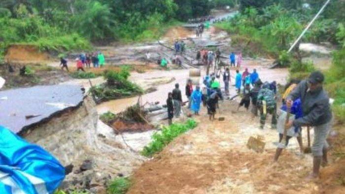 Bupati Beltim Salurkan Bantuan Korban Banjir di Desa Selingsing yang Akses Jalannya Terputus