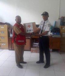Cegah Covid-19, PMI Serahkan 1000 Masker ke Petugas Bandara Hanandjoedin