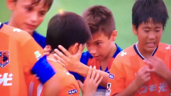 Video Inspiratif, Pemain Barcelona U-12 Tak Selebrasi demi Tenangkan Lawannya yang Menangis