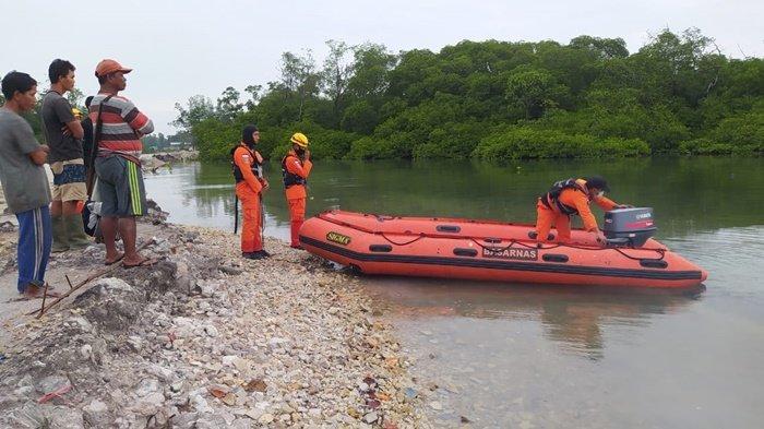 Proses pencarian korban diterkam buaya oleh tim SAR Gabungan di Kecamatan Gantung. Senin (25/1/2021)