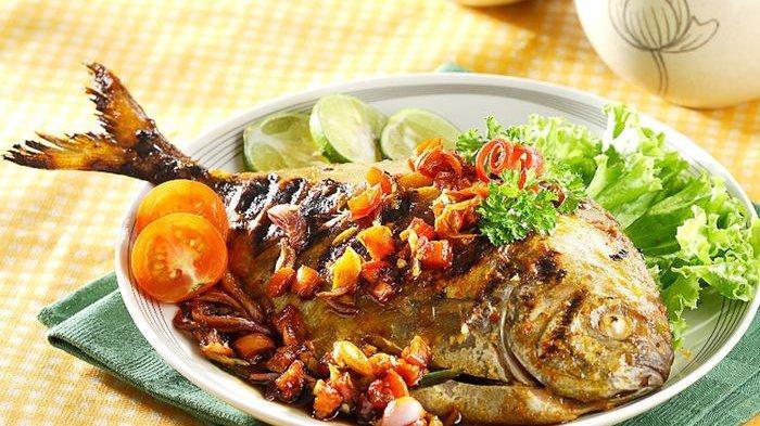 Keluarga Pasti Lahap Makan Siang Kalau Bawal Bakar Siram Kecap Sudah Hadir di Meja Makan