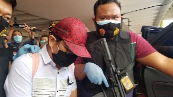 Pelecehan Seksual Penumpang di Bandara Soekarno-Hatta, Wajah Dokter EF Muram Saat Digiring Polisi