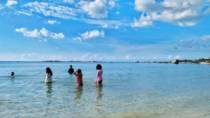 Anak-anak saat mandi di pinggir Pantai Tanjung Tinggi, Kecamatan Sijuk beberapa waktu lalu.