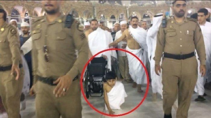 Imam Besar Makkah Cium Kening Anak Ini, Bocah Tanpa Kaki yang Umrah ke Tanah Suci
