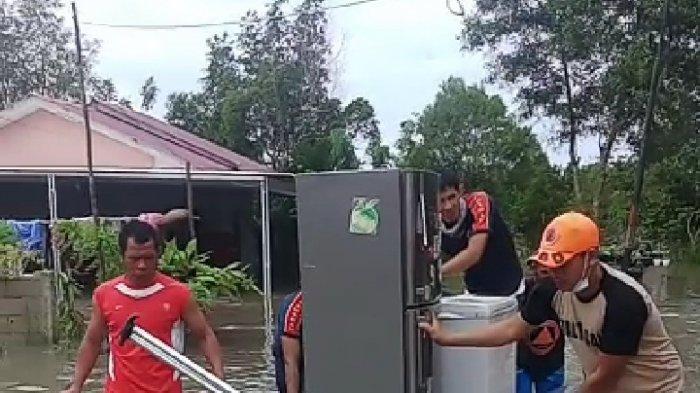 Petugas Damkar BPBD Kabupaten Belitung Bantu Warga Evakuasi Barang Berharga