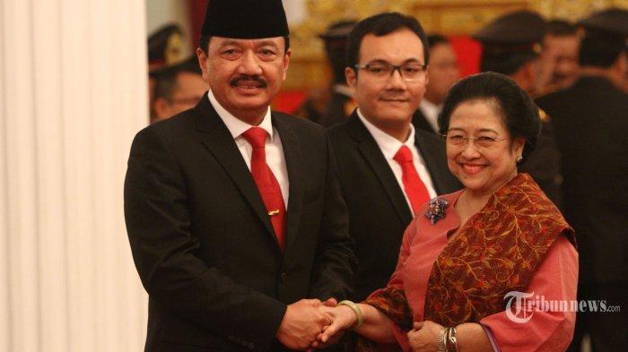 Komjen Budi Gunawan Cium Tangan Megawati Usai Dilantik Jadi Kepala BIN