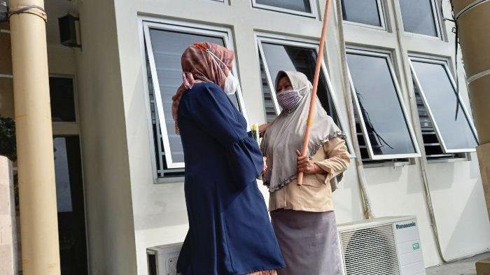 Sekretaris Daerah Kota Pangkalpinang Radmida Dawam berfoto bersama Direktur RSUD DEpatu Hamzah Pangkalpinang dr Fauzan beserta para jajaran RSUD Depati Hamzah, Selasa (22/12/2020)