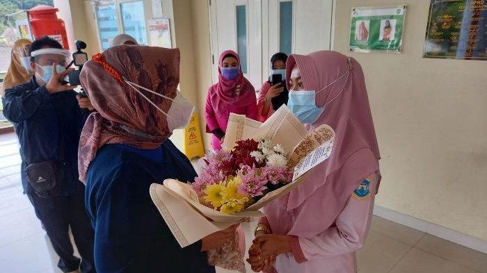 Di Momen Hari Ibu, Sekda Pangkalpinang Bagikan Bunga untuk Ibu Tangguh, Maknanya Sangat Besar
