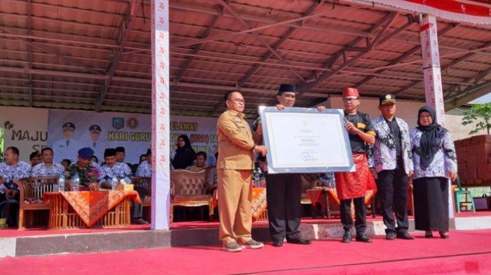 Bupati Belitung Timur Yuslih Ihza Terima Sertifikat Warisan Budaya Tak Benda Sepen Buding
