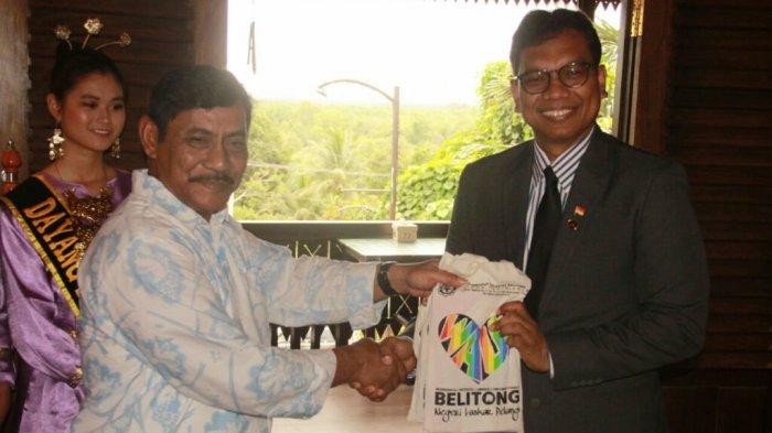 Pebisnis Singapura Jajaki Peluang Investasi di Belitung - bupati-belitung_20171218_095402.jpg