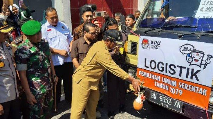 Bupati Belitung Pecah Kendi Tandai Pendistribusian Logistik Pemilu 2019