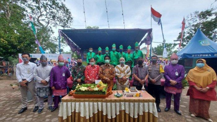 Bupati Ajak Masyarakat Majukan Belitung Timur dan Giatkan UMKM untuk Tingkatkan Perekonomian - bupati-plt-camat-manggar-dan-forkopimda-beltim-berfoto.jpg
