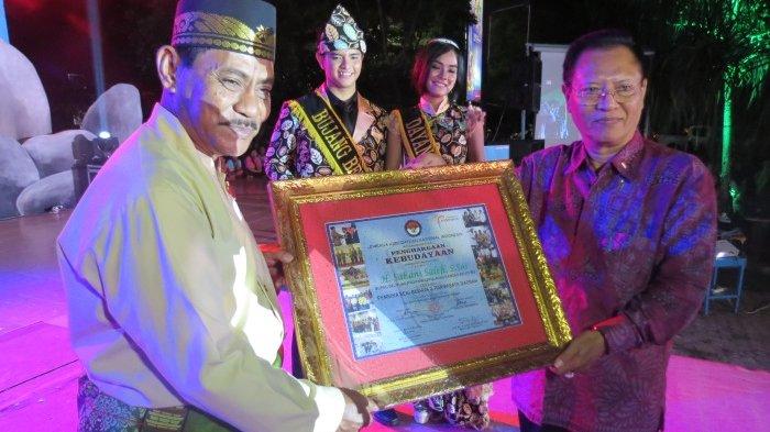 Bupati Belitung Terima Penghargaan dari LKNI Pusat