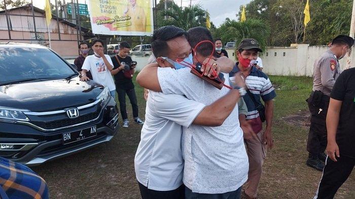 Burhanudin calon Bupati Belitung Timur, menangis haru berpelukan dengan rekannya.