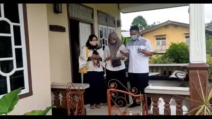 Burhanudin Gunakan Hak Pilihnya di TPS 4 Desa Mayang, Kompak Soal Busana dengan Istri