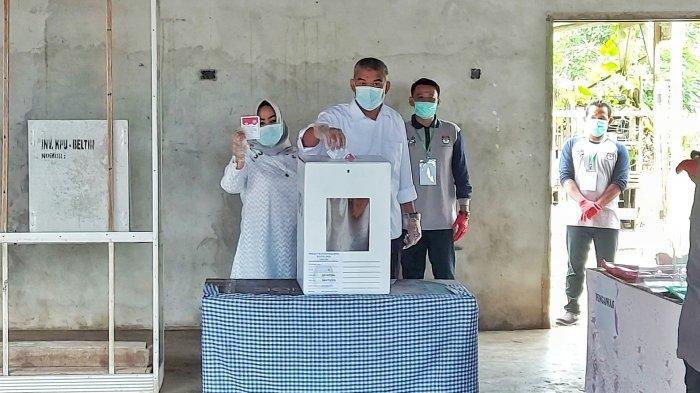 Pakai Baju Putih, Nurdiansyah Nyoblos Dirinya Sendiri di Pilkada Belitung Timur 2020