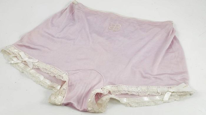 Celana dalam milik Eva Braun, kekasih Adolf Hitler, dilelang setelah 71 tahun dimiliki kolektor Inggris.