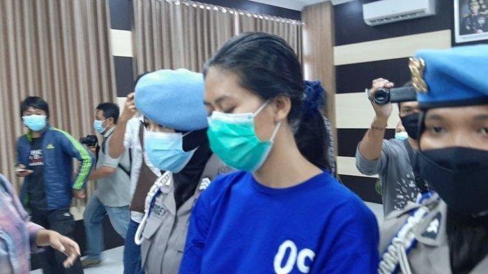 Wanita pekerja salin berinisial NA tersangka kasus sate beracun sianida di Mapolres Bantul Senin (3/5/2021)