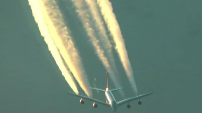 (VIDEO): Pesawat Ini Kelihatan Mengeluarkan Mirip Asap Memanjang Hingga Menyerupai Awan