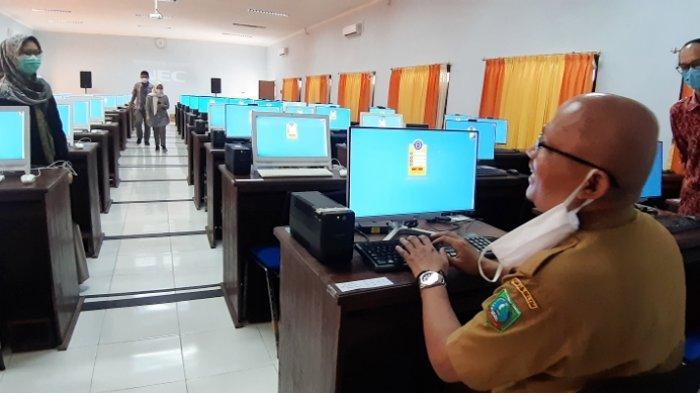 \\\\Kepala BKPSDM Belitung Timur, Yuspian saat memeriksa perangkat komputer yang akan digunakan peserta SKB CPNS, Senin (7/9/2020) posbelitung/suharli