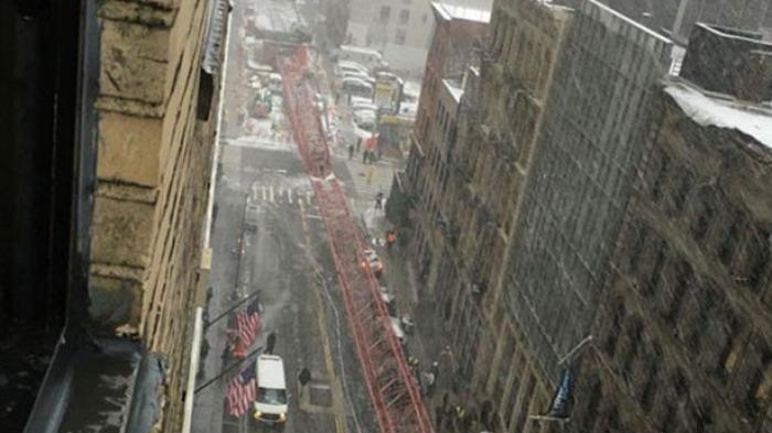 Mengerikan, Badai Salju Akibatkan Crane Ambruk ke Jalan Menimpa Mobil